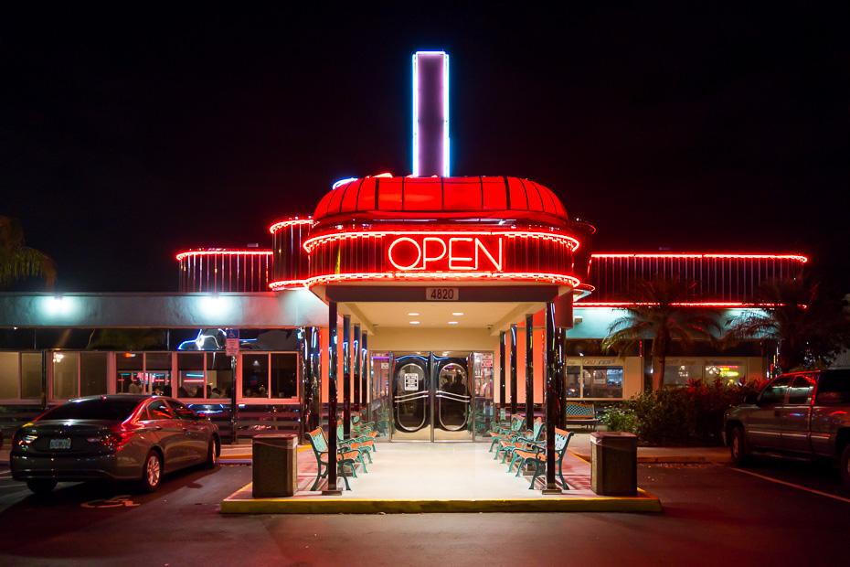 dineri amerika pusdienu restorāns kafejnīca bufete ēstuve ēdiens paēst lēti izmaksas plānot dolāri