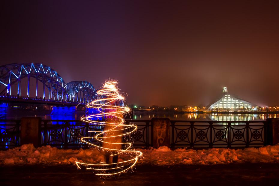 eglite ziemassvetki riga latvija biblioteka lightpainting brinumsvecites gaisma jaunais gads apsveikums