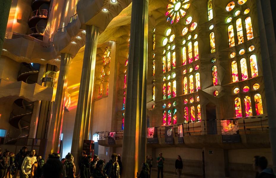 barselona sagrada familia vitrāžas gaudi piemineklis spānija katedrāle