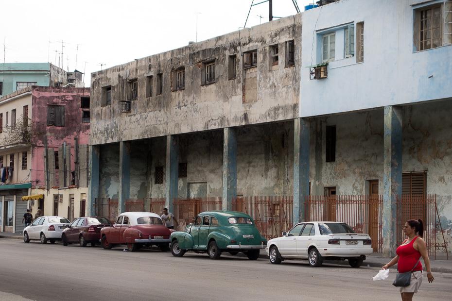 havana kuba vietējie iedzīvotāji kubieši vecas automašīnas amerikāņu