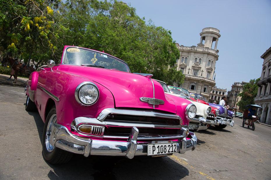 kuba rozā kabriolets havana vecas automašīnas kubieši sociālisms