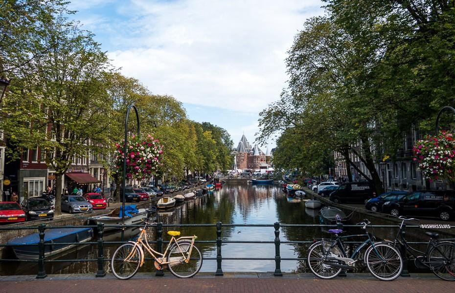velosipēdi riteņi amsterdama nīderlande kanāls puķpodi