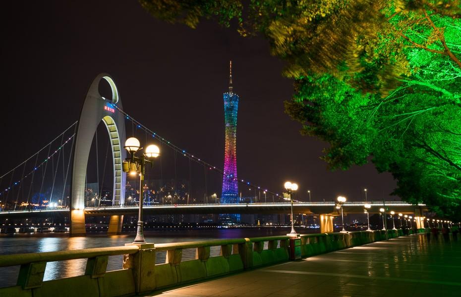 kantonas tornis naktī