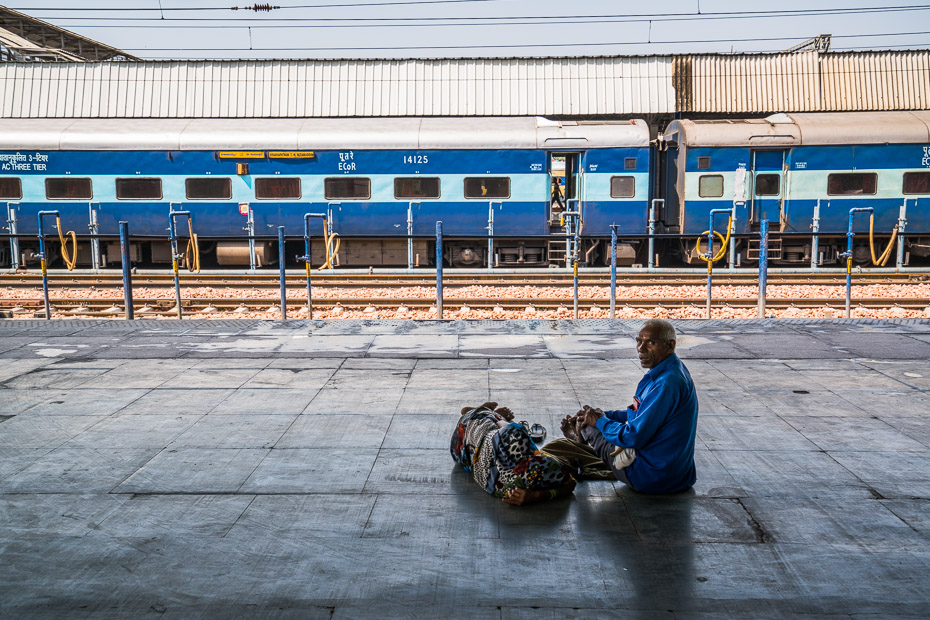 pasažieri vilcienu stacija āgra