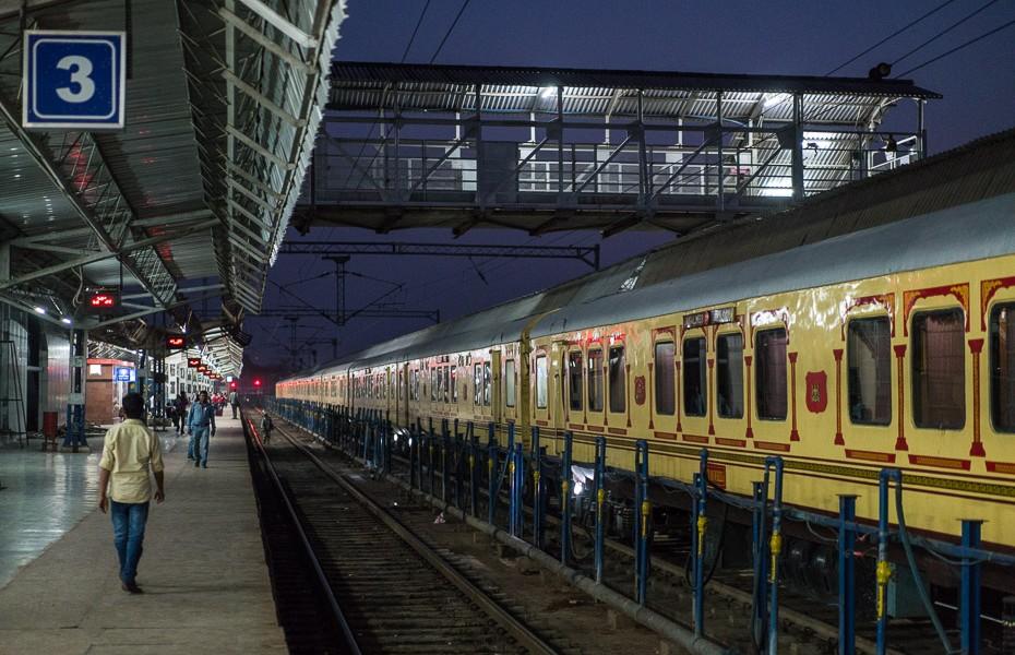 vilciens indija dzelzsceļa stacija