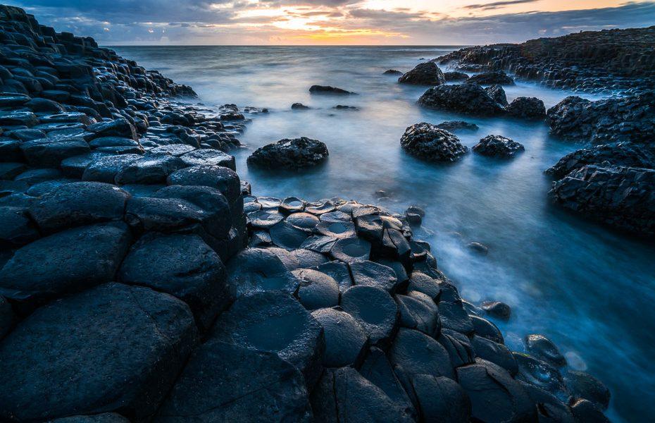 giants causeway pēc saulrieta ziemeļīrijā