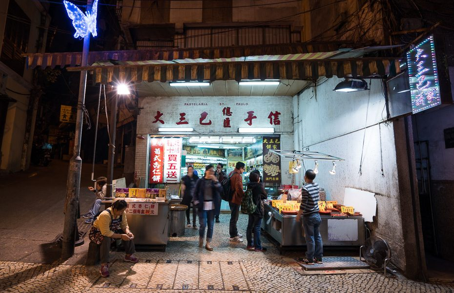 makao ielu ēdiens naktī