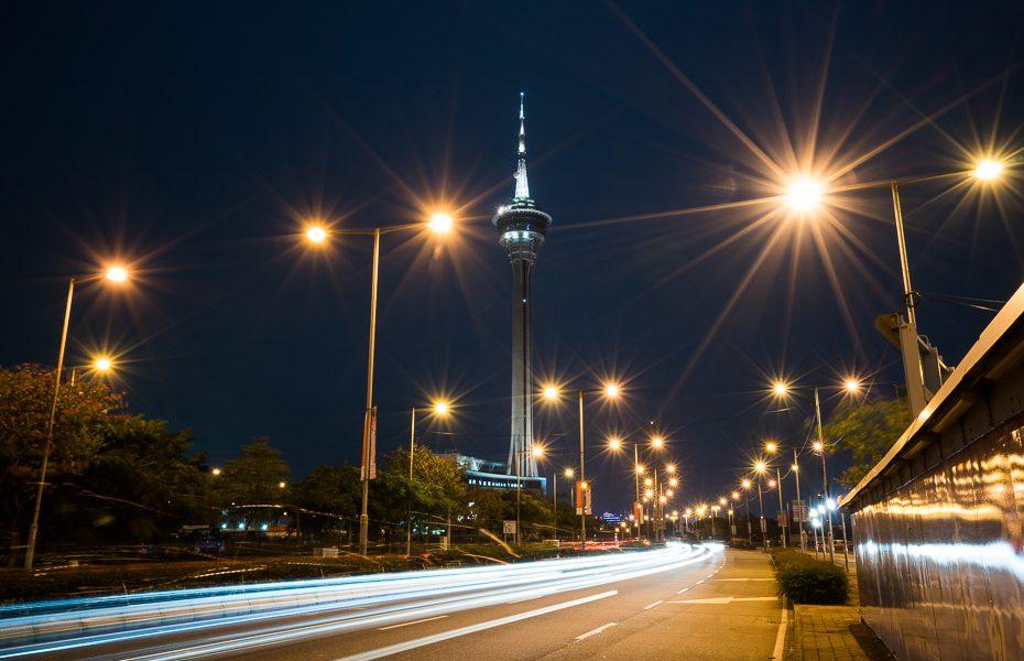 makao tornis naktī