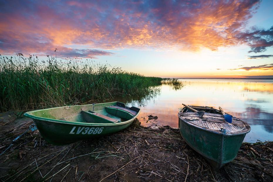 laivas saulrietā pie lubānas ezera