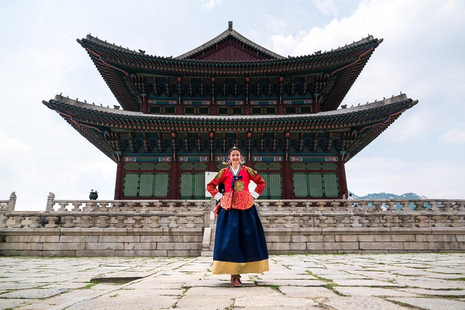 hanbok tradicionālā korejiešu tērpa piemērīšana