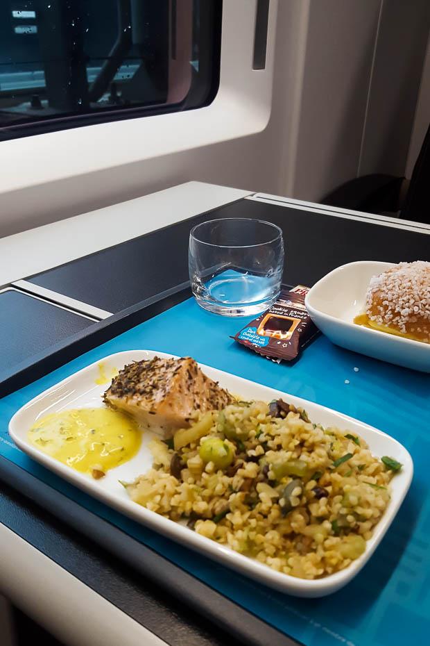 veģetārais un īpašais ēdiens pirmajā klasē eiropas vilcienā