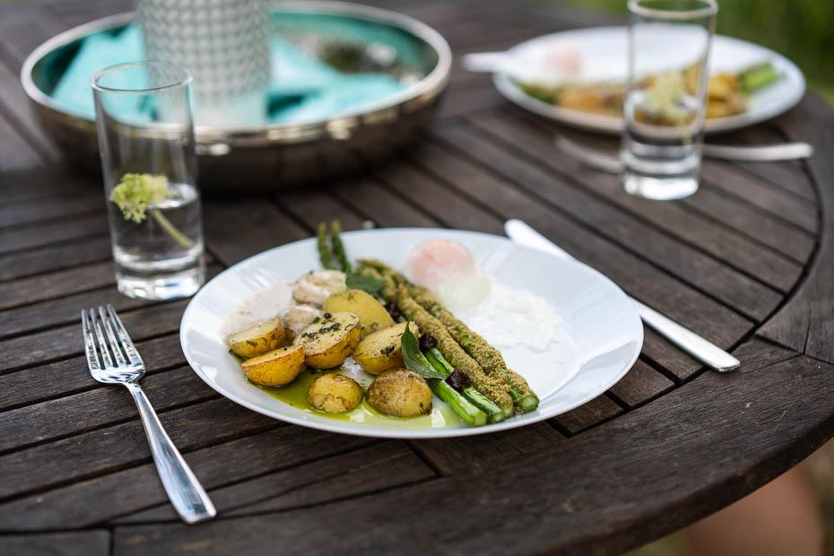 Grilēti sparģeļi ar jaunajiem kartupeļiem un lēni vārītu olu